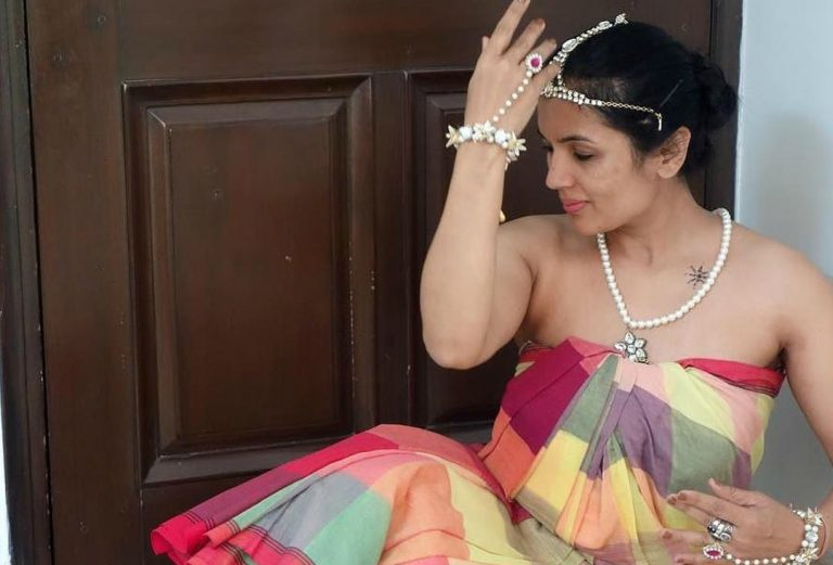 Know The Reason Behind The Latest Trend of Wearing Saree Without Blouse