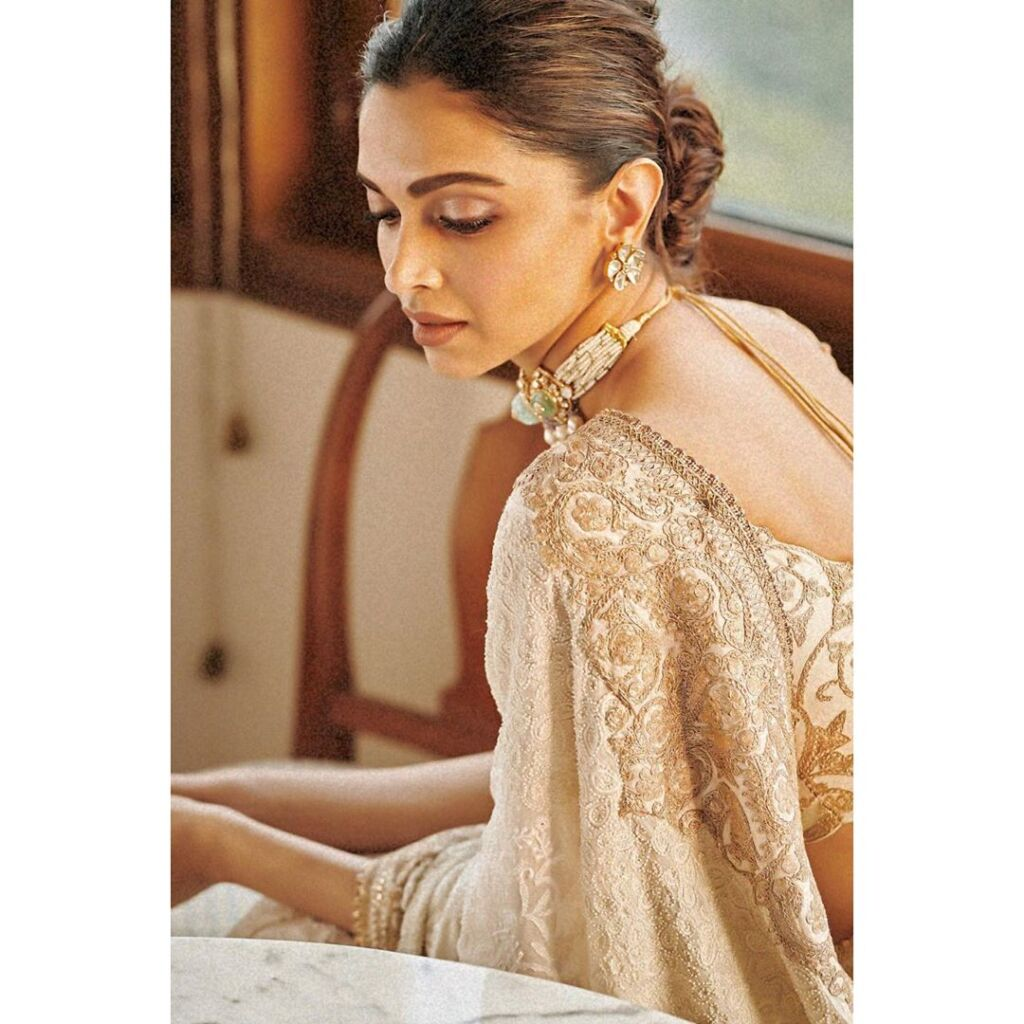 Deepika giving a perfect definition of Elegance in ...