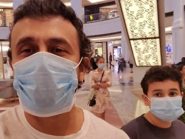 No One Identified Sonu Nigam Wearing A Mask In Shopping Mall